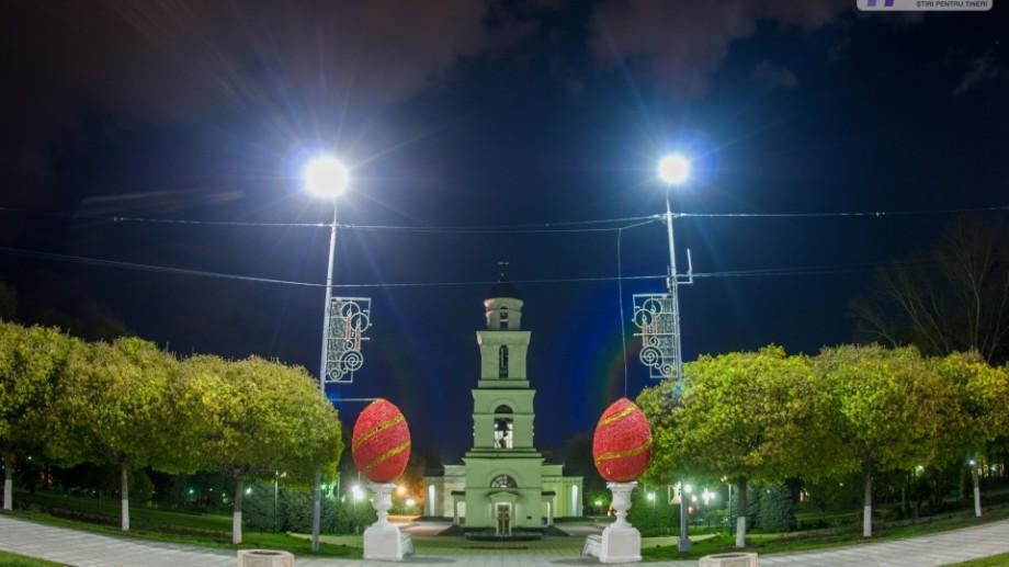 (foto) În scuarul Catedralei au fost instalate primele decorațiuni de Paști