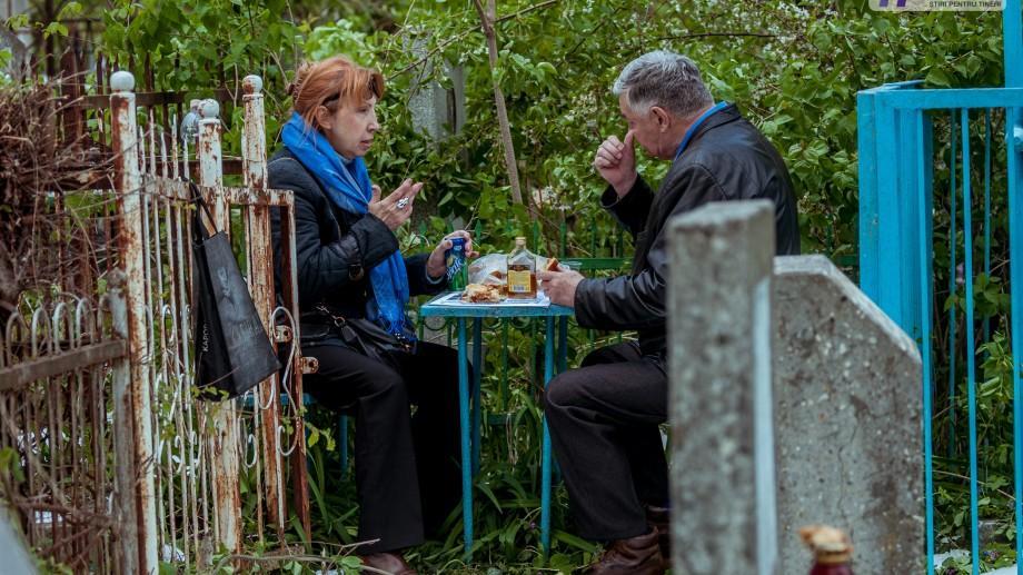 (foto) Ritualuri ortodoxe la Cimitirul Catolic din Chișinău. Cum se sărbătorește aici Paștele Blajinilor