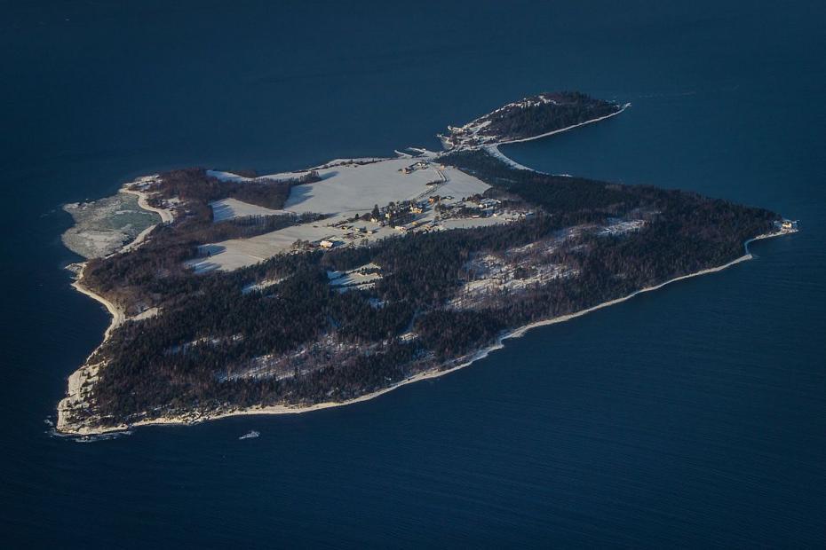 Închisoarea Bastoy, văzută de la înălţime: terenuri agricole, pădure și 80 de clădiri. Sursă: victorkapra.ro