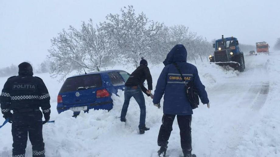 (foto, video) Cot la cot cu cetățenii, polițiștii intervin pentru situațiile de urgență provocate de vreme