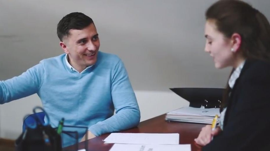 "(video parodie) Un student la un interviu de angajare: ""My name is Valeriu. I like girls very much"""