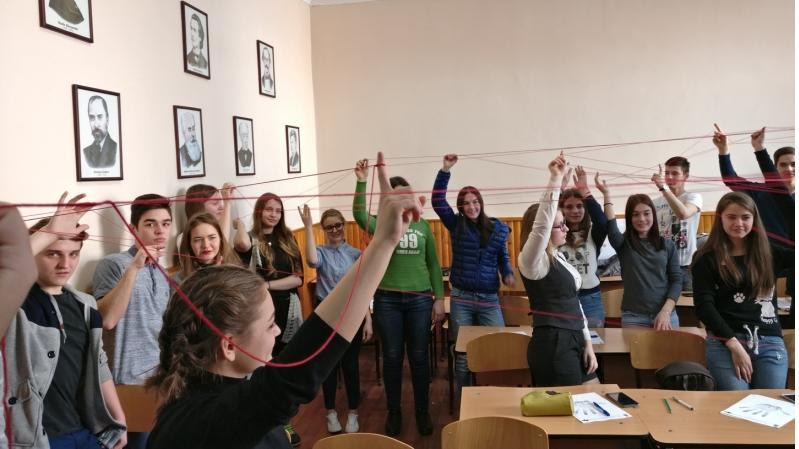 (foto) Studenții de la medicină au explicat elevilor ce înseamnă autismul