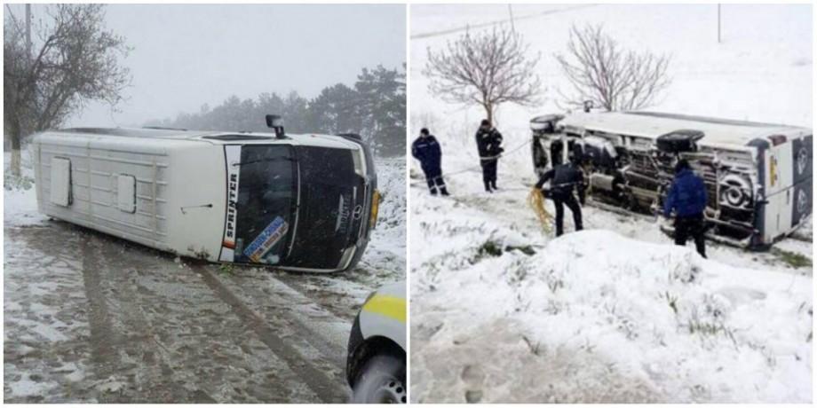 Un microbuz plin cu elevi a derapat de pe traseu și s-a răsturnat