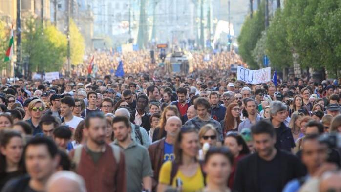 O universitate din Ungaria la care învață și tineri moldoveni ar putea fi închisă. Sute de studenți protestează