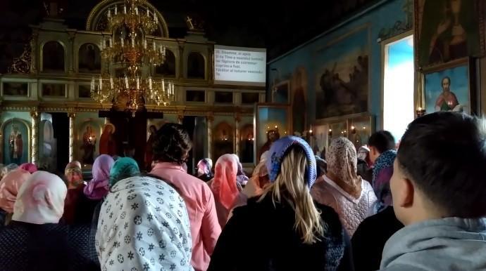 (video) Biserica din Ghidighici a instalat un ecran pe care sunt proiectate imnurile cântate de enoriași în timpul slujbelor