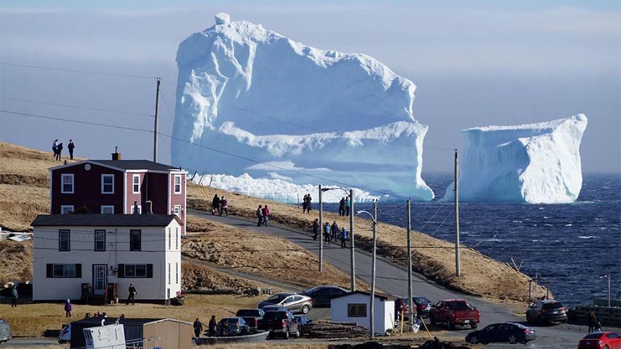 (video) Un iceberg, mai înalt decât cel care a scufundat Titanicul, este cel mai nou obiectiv turistic din Canada