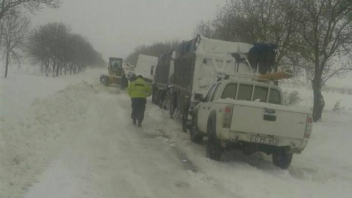 (foto) Nămeți de aproape 2 metri în sudul Moldovei. Orașele și satele sunt blocate din cauza zăpezii