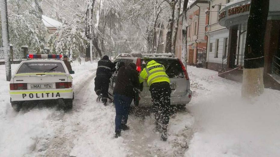 Moldova, sub zăpadă. Peste 4 mii de angajați ai MAI au fost implicați în lichidarea consecințelor ninsorii, în ultimele 24 de ore