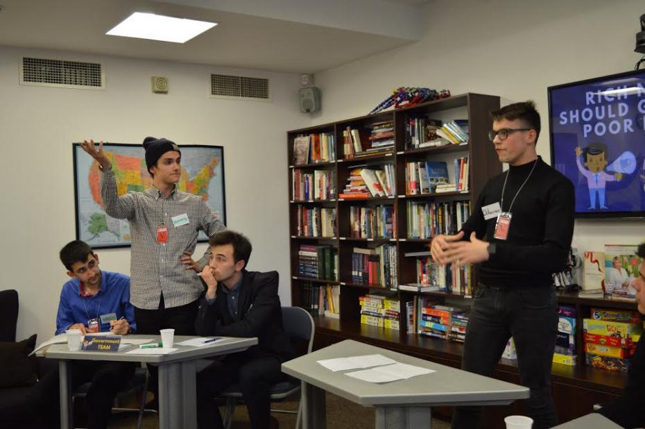 Reprezentanții celor două echipe din finala la ARC Debate Tournament. PC: American Resource Center