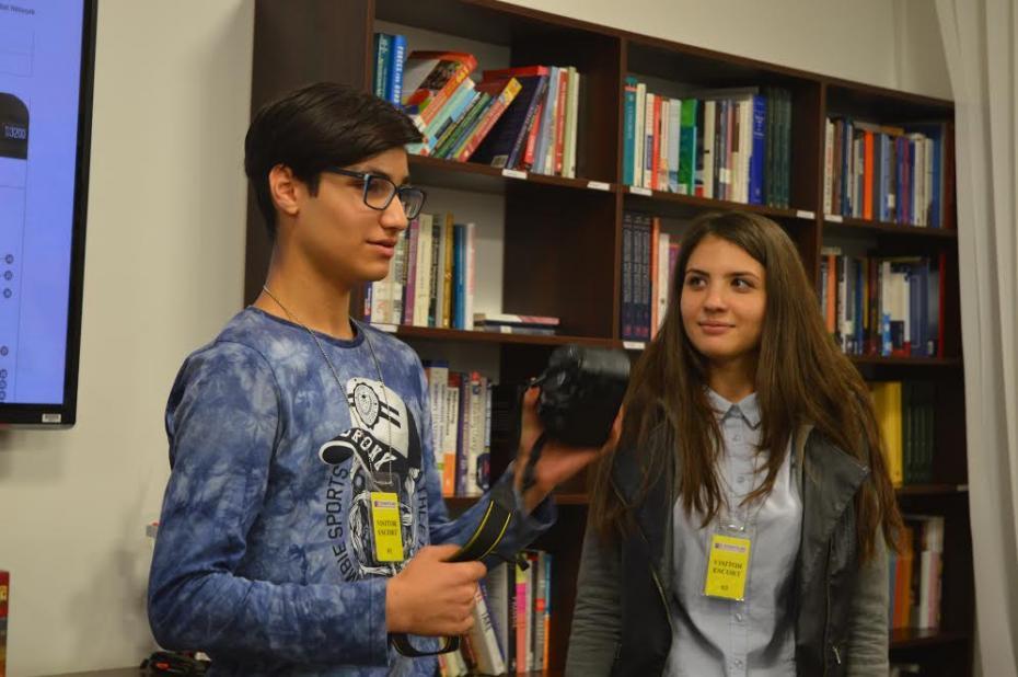 Mumtaz Sultan și Tatiana Brad. Voluntary ARC și moderatorii Clubului de Fotografie PC: American Resource Center