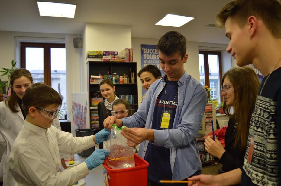 Andrei Popovici voluntar ARC moderează una din sesiunile STEAM cu experimente științifice. PC: American Resource Center