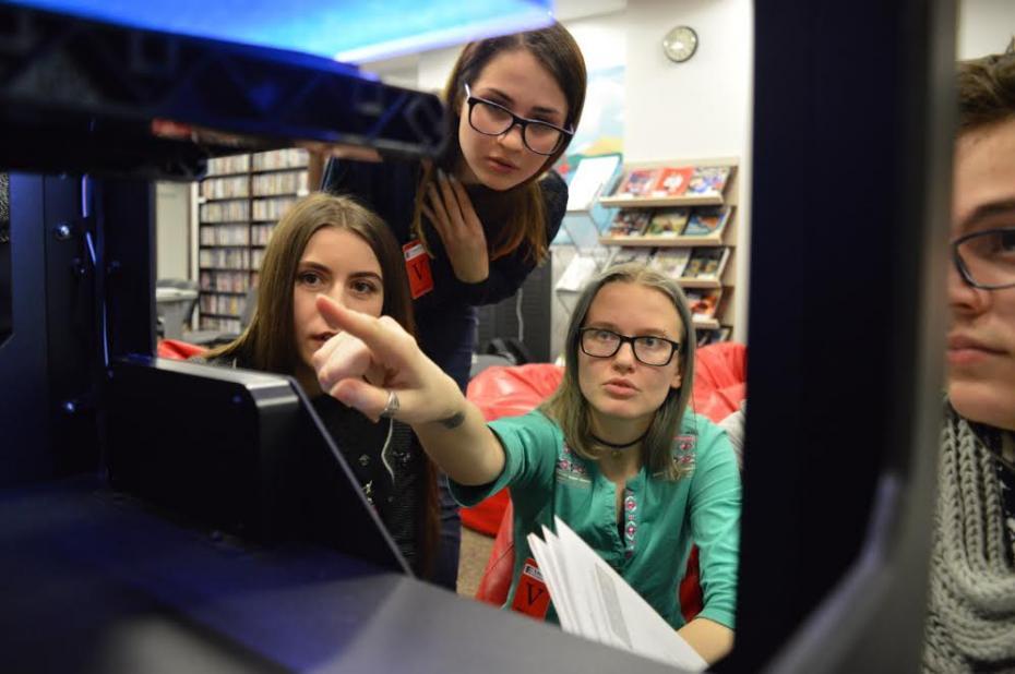 Participanții primei grup de modelare și printare 3D descoperind 3D printerul de la ARC. PC: American Resource Center