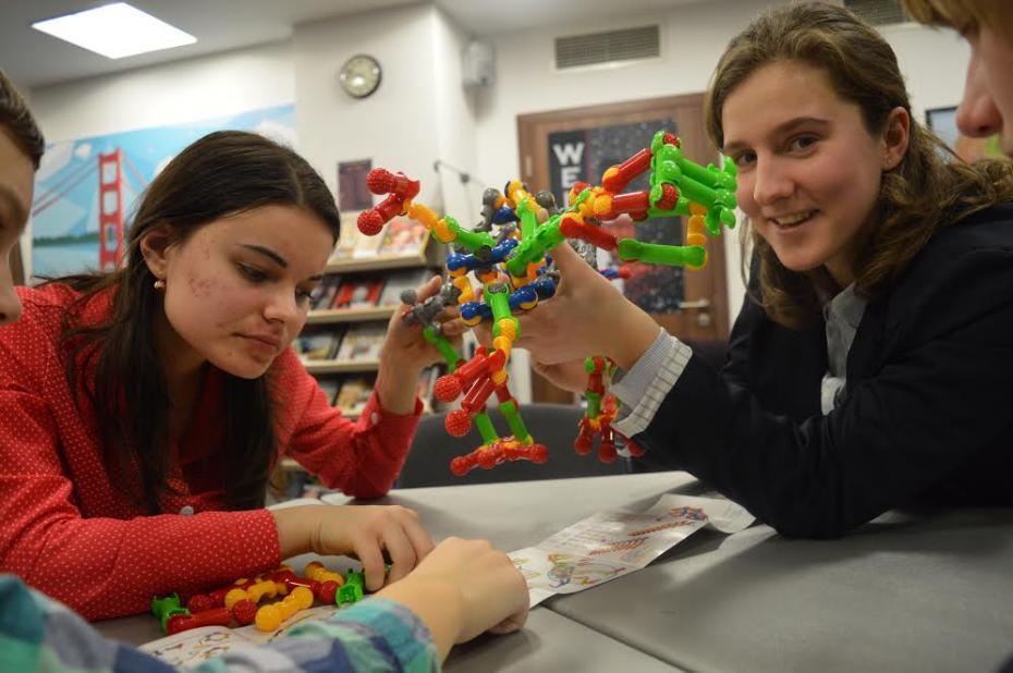 Cristina Tincu și Dilara Duman voluntare ARC, participând și moderând una din atelierele STEAM, la care am construit reptile ZOOB. PC: American Resource Center
