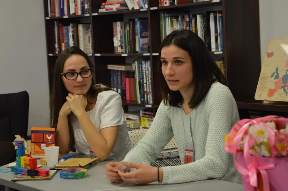 Liza Mămăligă și Victoria Novac speaker la una din Orele de Conversație cu tinere antreprenoare. PC: American Resource Center