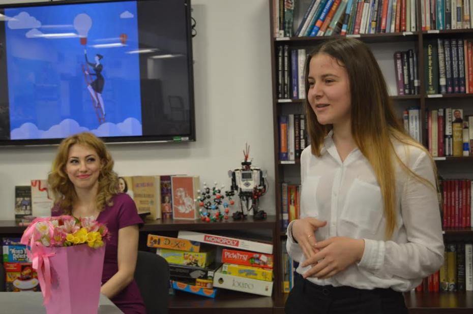 Veronica Burbulea voluntară ARC la începutul unei ore de Conversație. PC: American Resource Center
