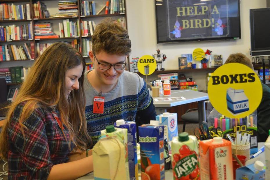 Participanți la una din sesiunile DIY în care am reciclat cutii de suc și le-am transformat în hrănitori pentru păsări. PC: American Resource Center