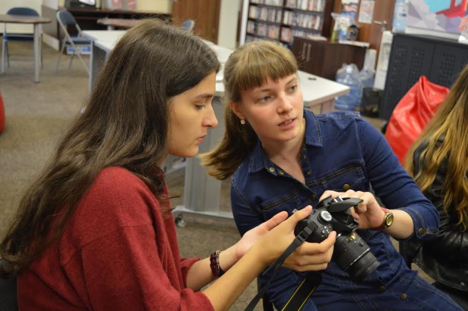 Participanții de la Clubul de Fotografie la unul de trainigurile de pregătire. PC: American Resource Center