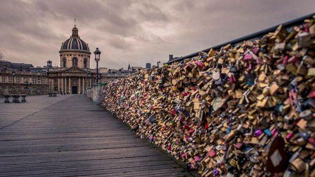"""""""Lacătele dragostei"""", scoase la licitaţie după ce podul din Paris pe care se aflau riscă să se prăbuşească"""