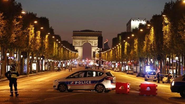 "(foto, video) Atac armat pe Champs-Elysées: Un polițist ucis, atacatorul ""împușcat"""
