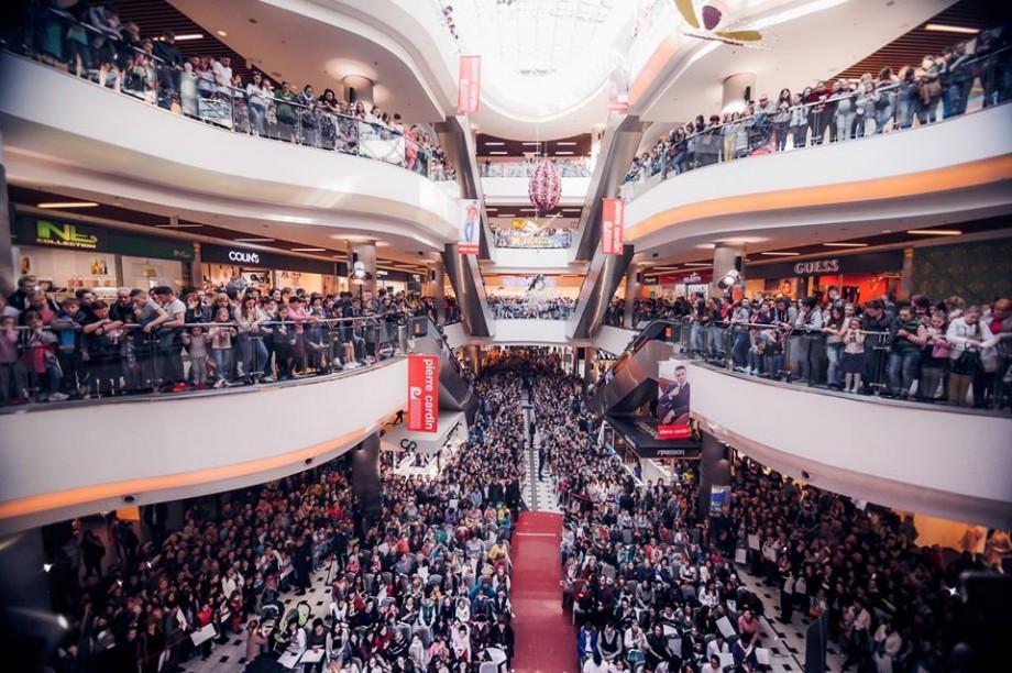 """Reacțiile internauților la fotografia cu oamenii din mall care o așteaptă pe actrița Ezgi Asaroglu din serialul """"Viață Furată"""""""