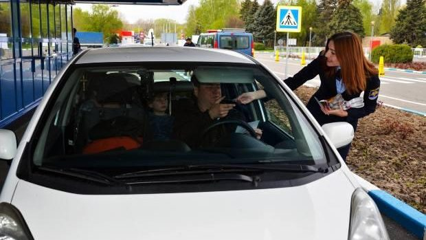 """(foto) """"Bun venit acasă!"""". Moldovenii sunt întâmpinați cu surprize și felicitări la vamă"""