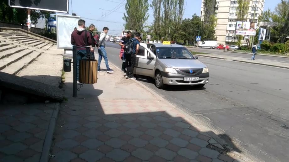 (video) Momentul în care 9 tineri urcă într-o mașină de taxi, oprită neregulamentar într-o stație