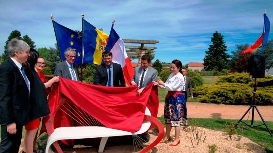 (foto) O bancă creată de designerul Mihai Stamati a fost instalată într-un parc din Franța