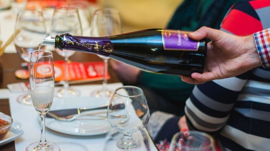 """Degustă vinuri rosé, vezi viața în roz și devino """"Wine Friendly"""""""