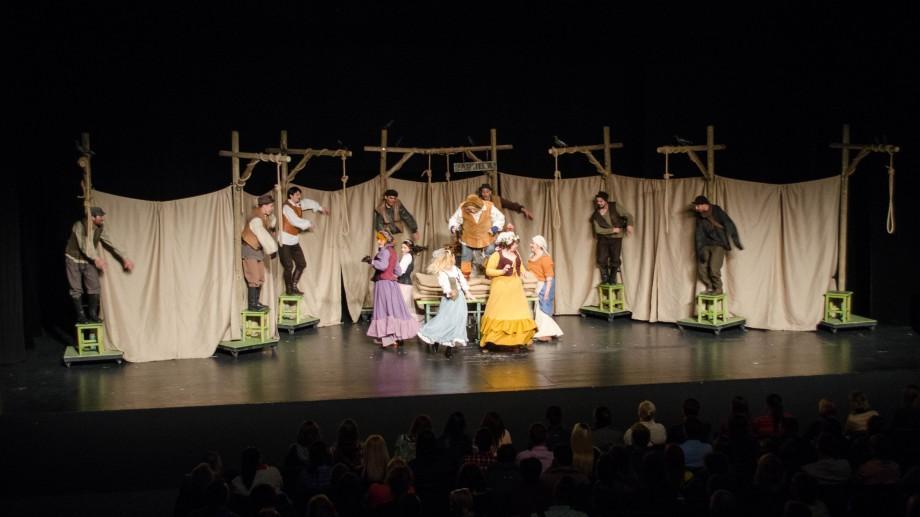 """(foto) Sărbătoare și petrecere pe scena de la Ionesco. Sute de oameni au venit să râdă împreună cu """"Falstaff"""""""