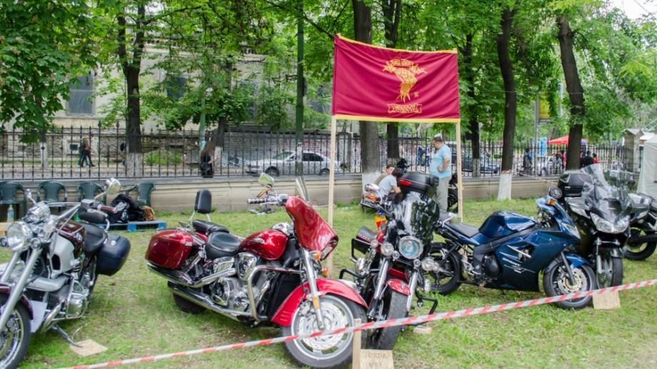 (foto) Noaptea Muzeelor: 30 de motociclete și motorete au fost admirate de vizitatori