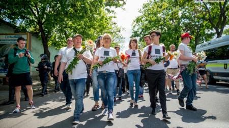 """(foto, video) Cum s-a desfășurat marșul """"Fără Frică"""": participanții au mers cu flori în mână, în timp ce contestatarii au aruncat în ei cu ouă"""