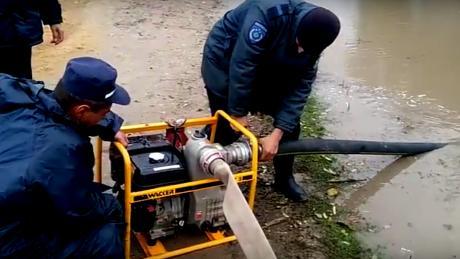 Inundații în țară în urma ploilor: Salvatorii au pompat apă din gospodării întreaga noapte