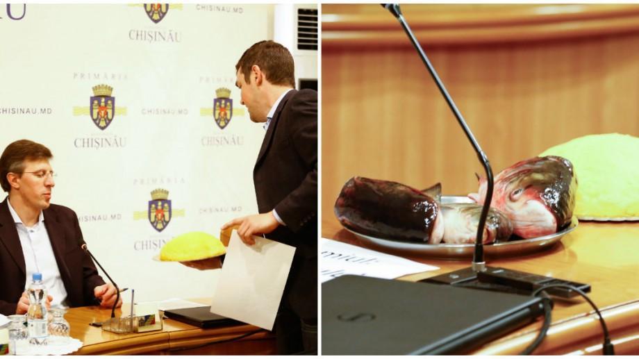 """(foto, video) Un nou cadou de la socialiști pentru Chirtoacă: mămăligă, capuri de pește și premiul """"Mita Anului"""""""