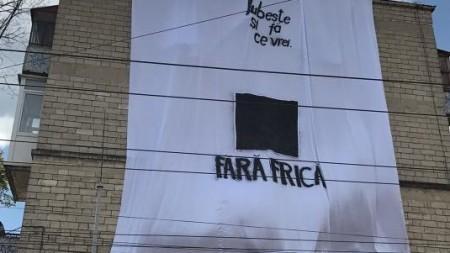 """(foto) """"Iubește și fă ce vrei"""": Pe o clădire din Capitală a apărut o pancartă ce îndeamnă oamenii să scape de frică"""