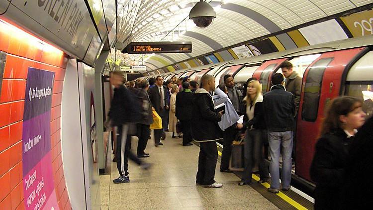 Transportul în comun, un risc pentru sănătate. Peste 20 de bacterii au fost identificate în metro