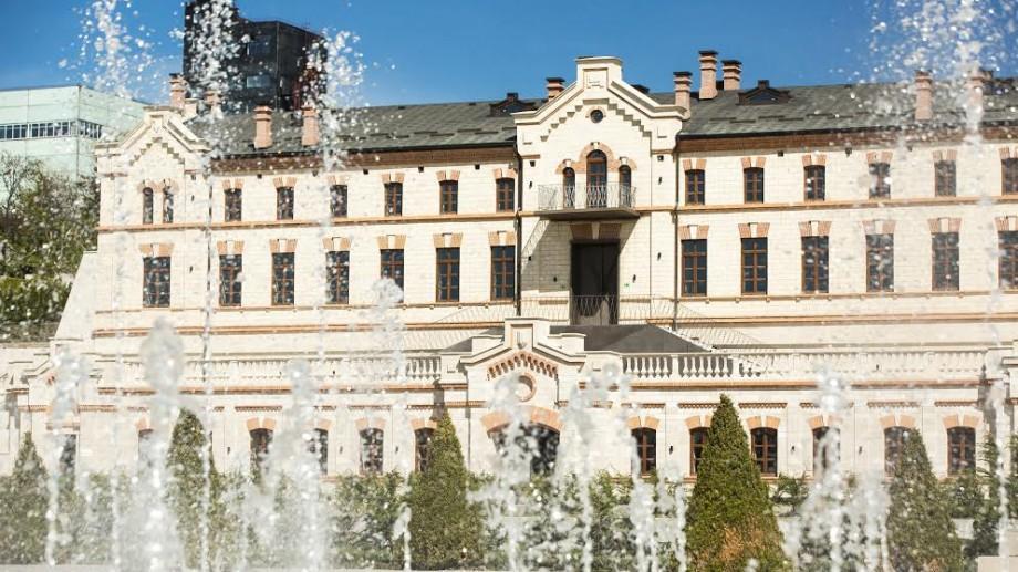 """(video) Castel Mimi a inaugurat prima fântână arteziană din Moldova care """"dansează"""" pe muzica lui Doga"""