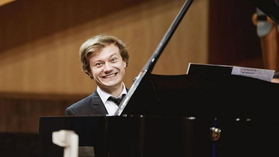(video) Cea mai cunoscută piesă a lui Tchaikovsky, cântată de un pianist din Moldova. Vino la concert să o asculți integral