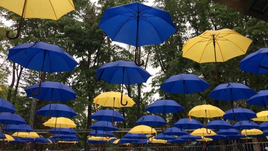 (foto) Centrul Chișinăului s-a umplut de umbrele galbene și albastre