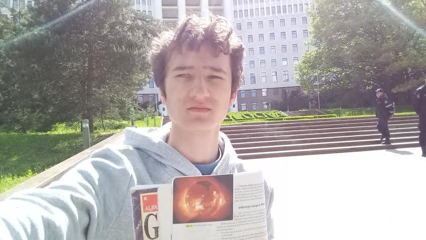 (foto) Singur în fața Parlamentului. Un elev a hotărât să învețe pentru BAC protestând