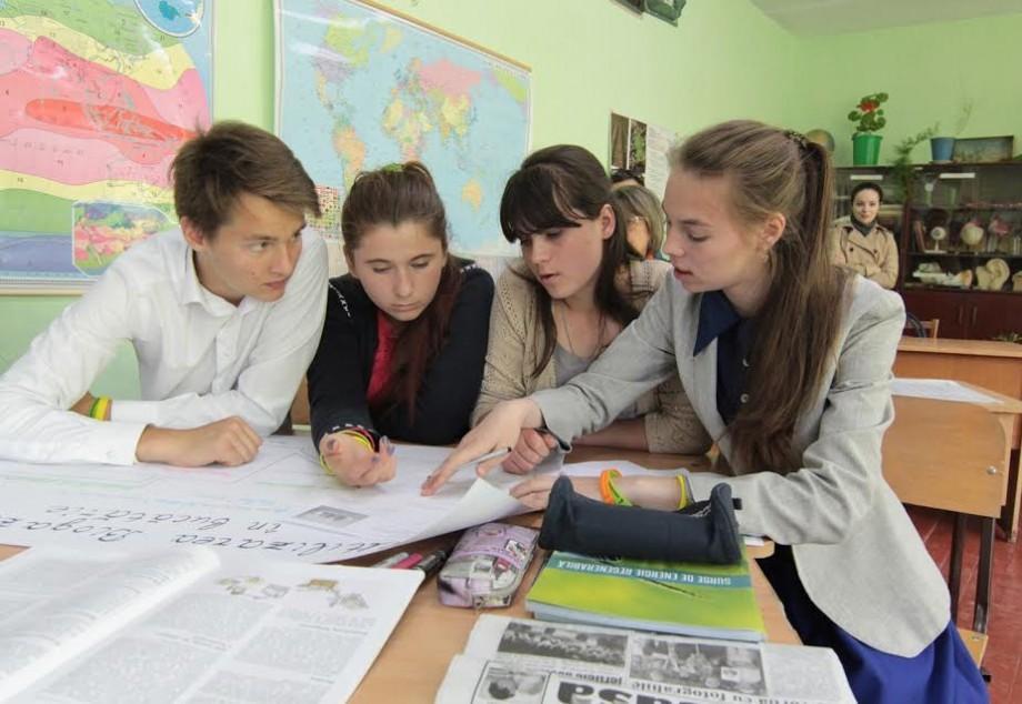 (foto) Elevii unui gimnaziu din țară vin cu soluții ingenioase pentru o școală cu consum zero de energie fosilă