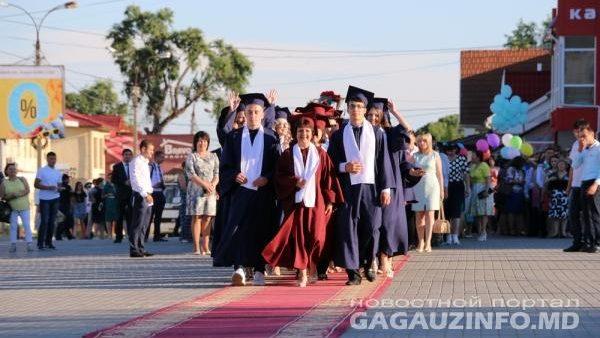 (foto, video) La Comrat, peste 400 de absolvenți din 18 licee și două colegii au sărbătorit în comun balul de absolvire