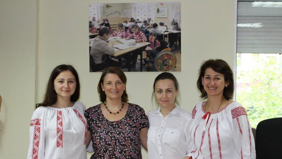 """(foto) Elevii liceului """"Spiru Haret"""" au donat unui centru social o parte din banii pentru organizarea balului"""