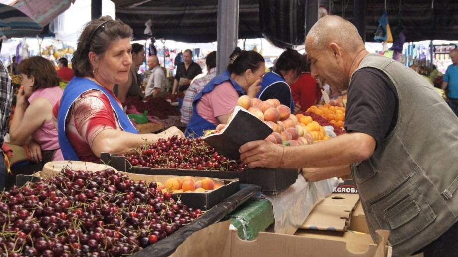 Câți bani scot moldovenii din buzunare pentru fructele de sezon? Prețurile continuă să rămână ridicate