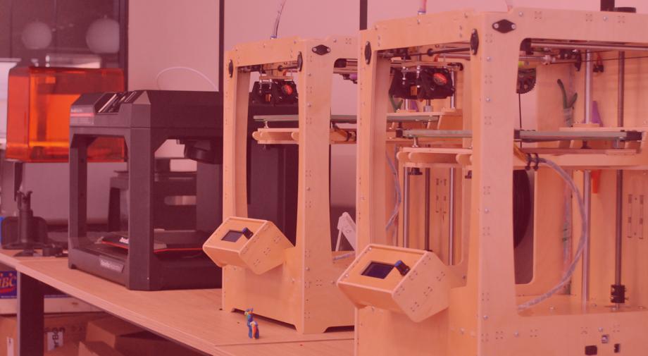 Încă nu ai decis unde să faci stagiul de practică? Vino la atelier 99 și învață să operezi o imprimantă 3D