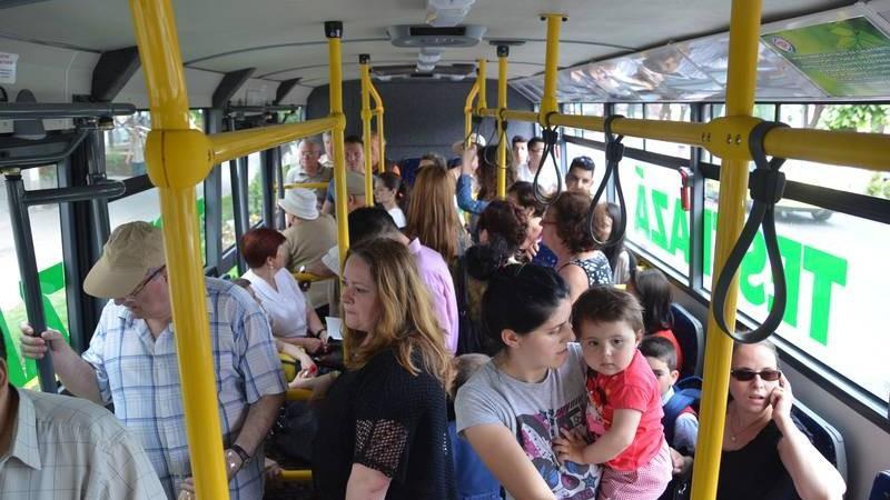 Oraşul în care primeşti amendă dacă încalci spaţiul celorlalţi în transportul în comun