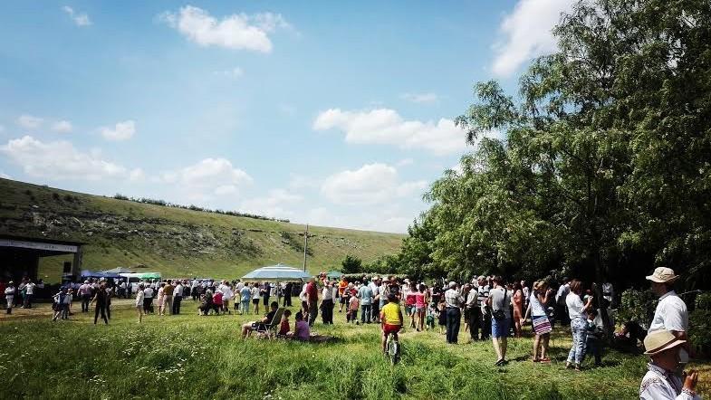 """(foto) """"La joc în sat"""" sau cum s-au distrat cei care au vizitat festivalul """"Duminica Mare"""" la Domulgeni"""