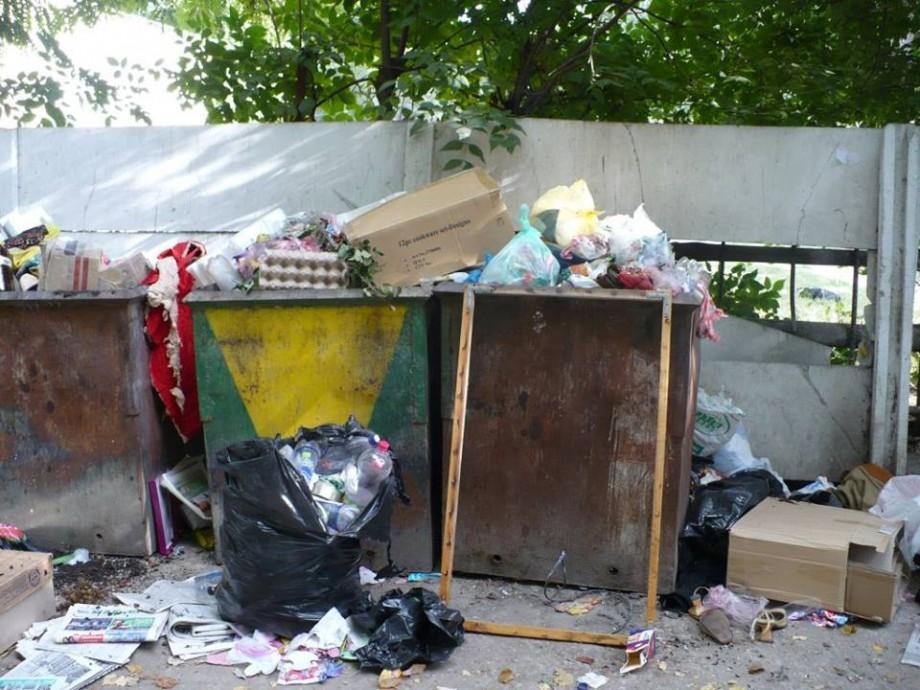 Evacuarea continuă. Timp de două zile, Chișinăul a fost eliberat de peste 15 mii de metri cubi de deșeuri