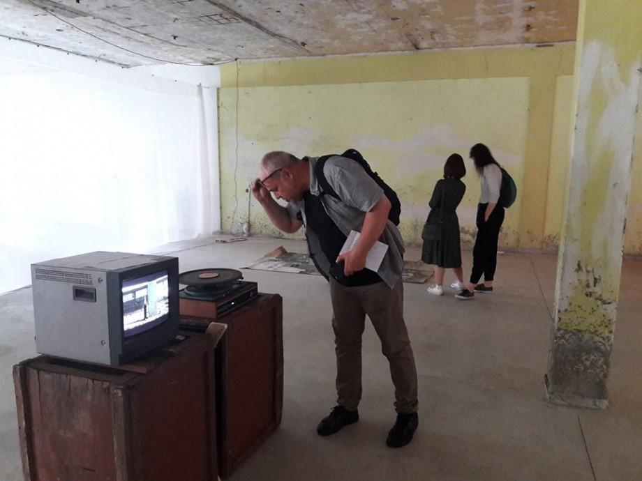 """(foto, video) """"Artă proletară"""" la Mezon. Cum tinerii artiști au creat opere din deșeuri și au transformat uzina într-un spațiu creativ"""