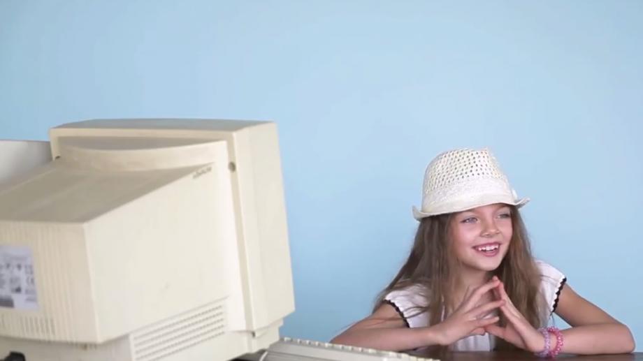 (video) Experiment social: Cum reacționează copiii noilor tehnologii față în față cu computerele secolului trecut