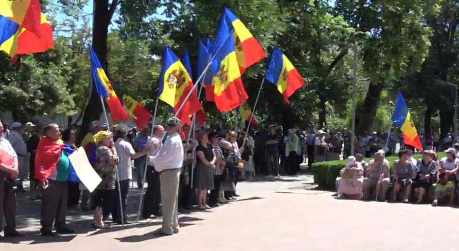"""(live video) """"Noi nu cedăm"""": În centrul Capitalei are loc un protest împotriva schimbării sistemului electoral"""